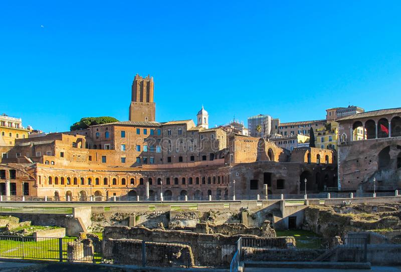 Roman Ruins av Foro Traiano Trajan forum, Trajan marknad italy rome royaltyfria foton