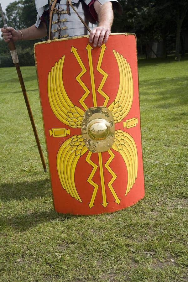 Roman schild van de militairholding stock foto