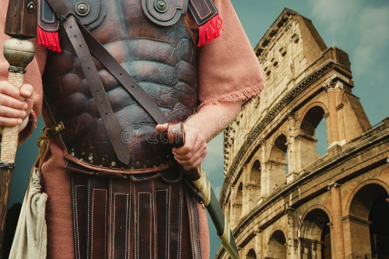 Roman Soldier Centurion en colloseum op achtergrond stock afbeelding