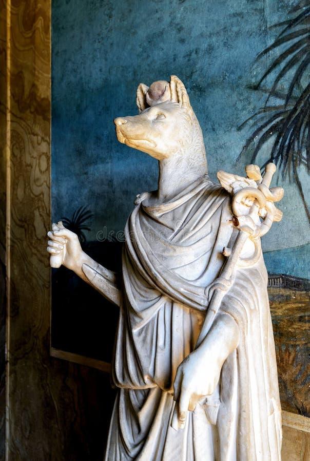 Roman standbeeld van Anubis in Vatikaan stock afbeeldingen