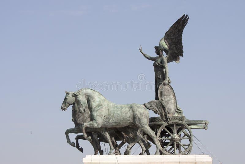 Roman triumfvagn för Quadriga som dras av fyra hästar i bredd royaltyfri foto