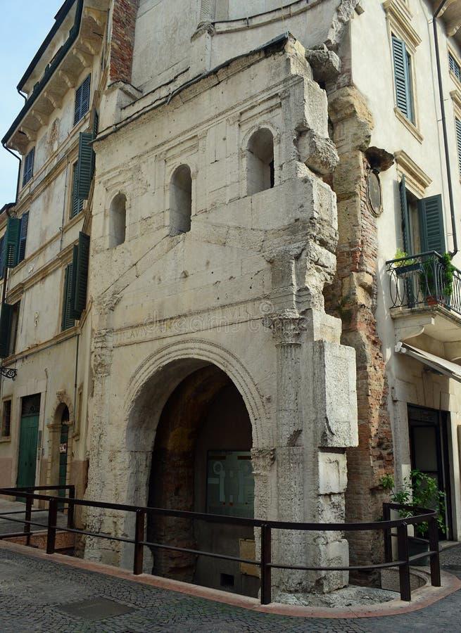 Roman Verona Ruins antico sulla via immagini stock libere da diritti