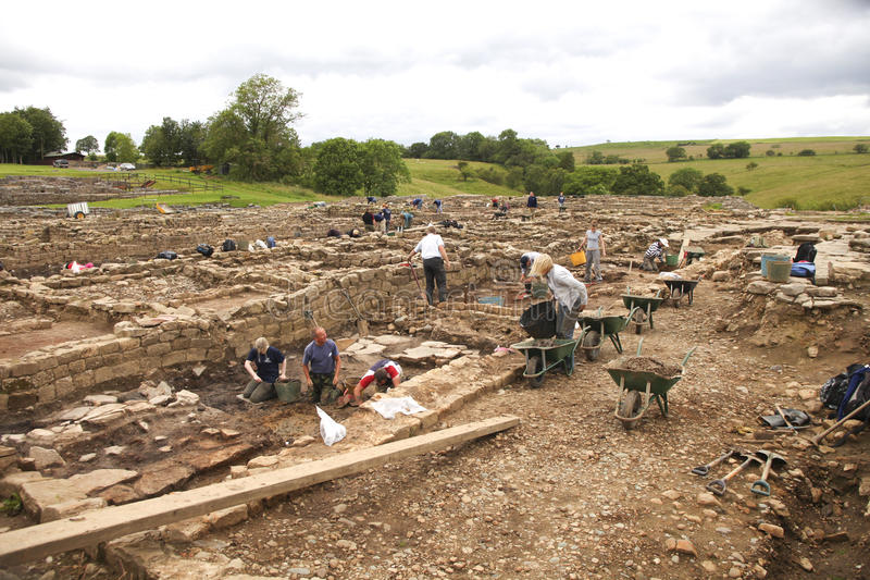 roman vindolandaarbete för arkeologer royaltyfria bilder