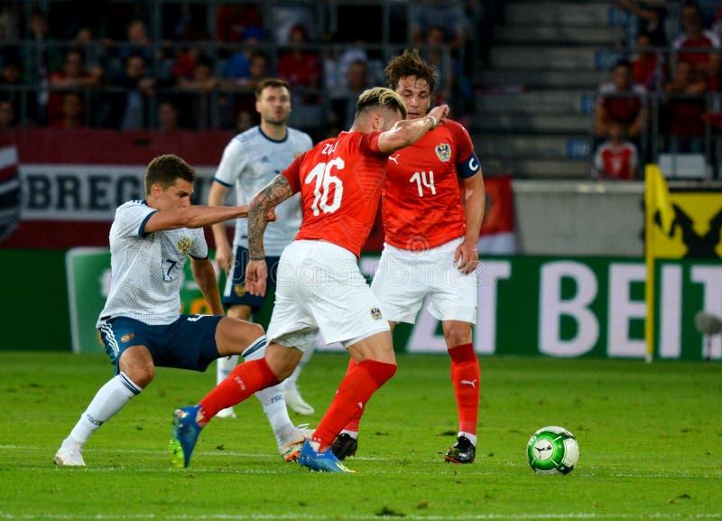 Roman Zobnin tegen Oostenrijkse spelers Julian Baumgartlinger en Peter Zulj royalty-vrije stock foto