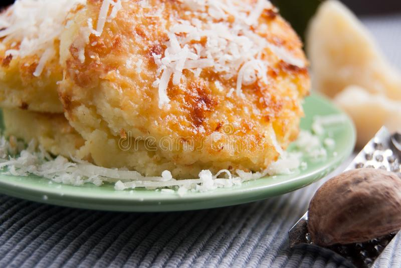 Romana do alla do Gnocchi gratinated com farinha de trigo inteiro fotos de stock