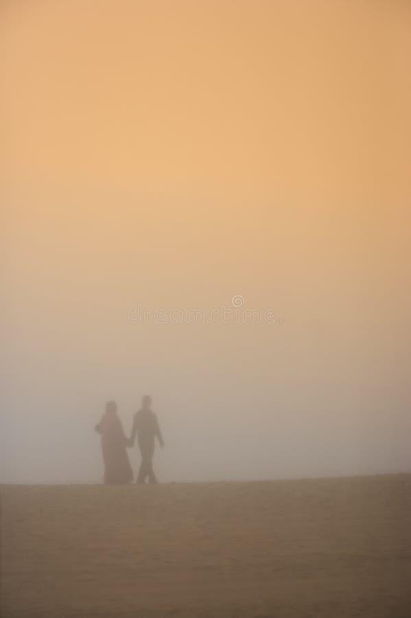 Romance árabe na praia fotos de stock royalty free