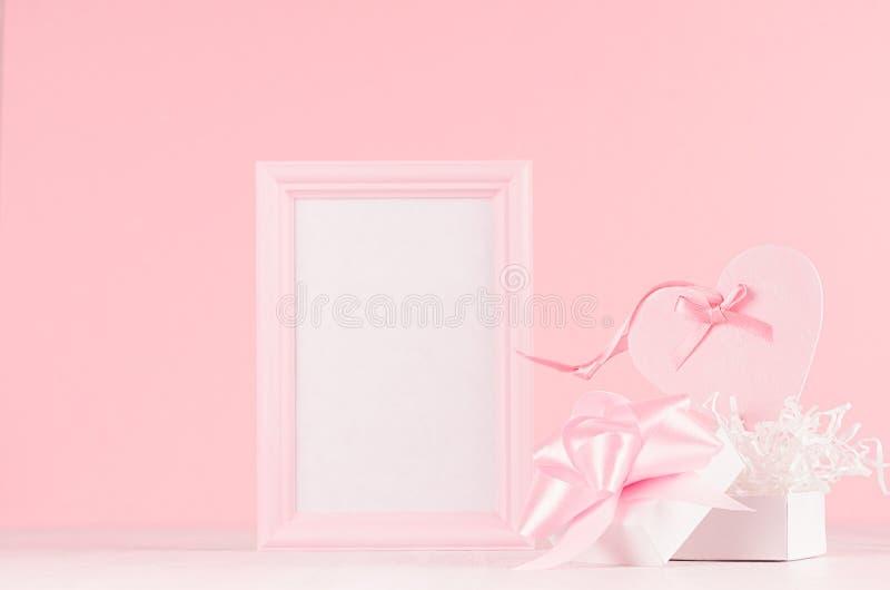 Romance модель-макет торжества для Валентайн и свадьба - милое сердце с лентой шелка, подарок и пустая рамка для текста на белой  стоковые изображения