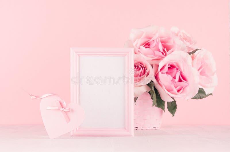 Romance предпосылка торжества для Валентайн и свадьба - роскошный букет роз, подарочная коробка, сердце, пустая рамка для текста  стоковое изображение