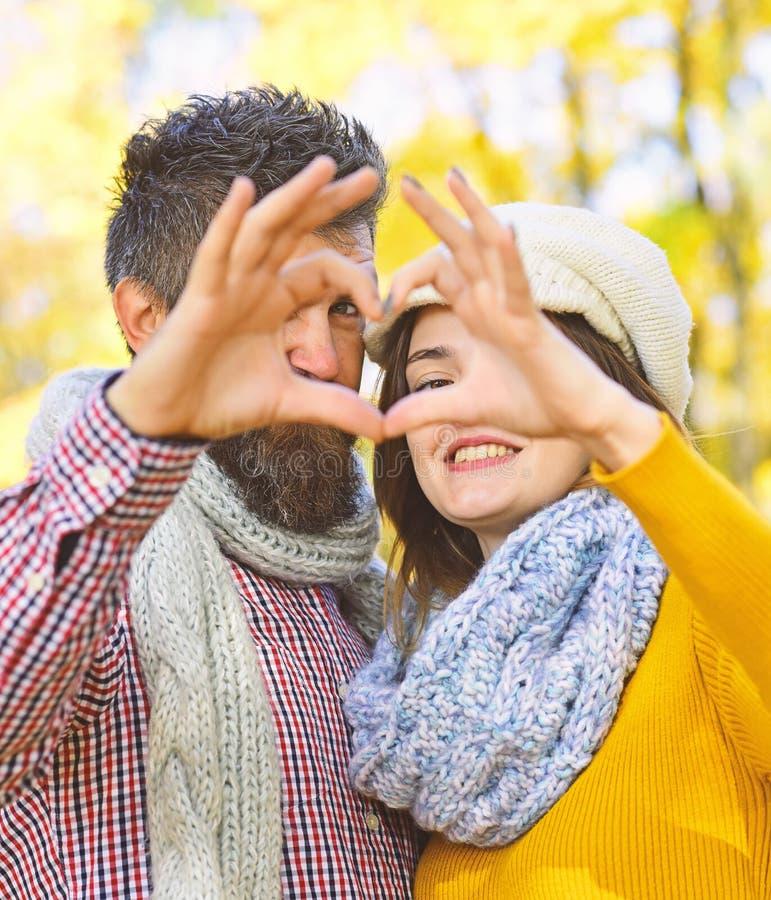 Romance и солнечная концепция падения Соедините влюбленн в шарфы стоковые фотографии rf