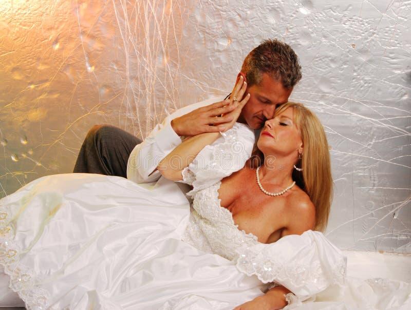 Romance da noiva e do noivo imagem de stock