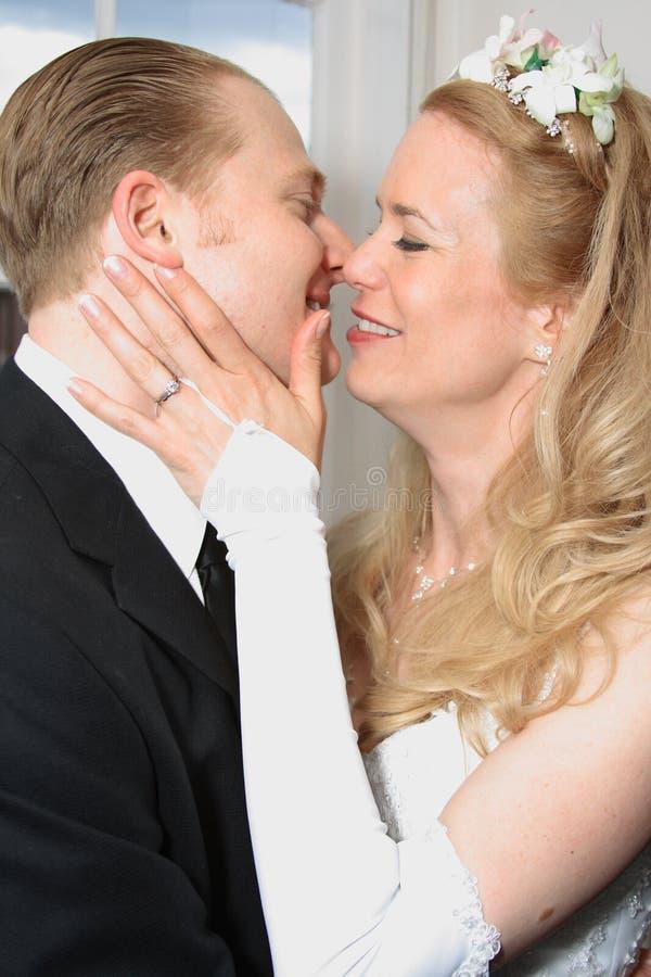 Romance da noiva e do noivo foto de stock