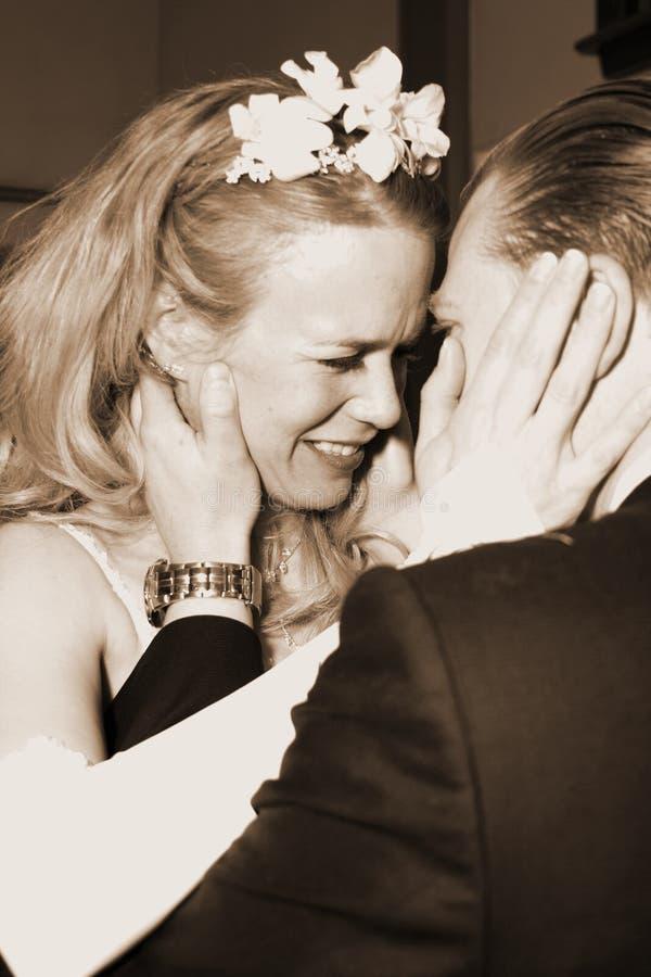 Romance da noiva e do noivo | Abraço apaixonado fotografia de stock