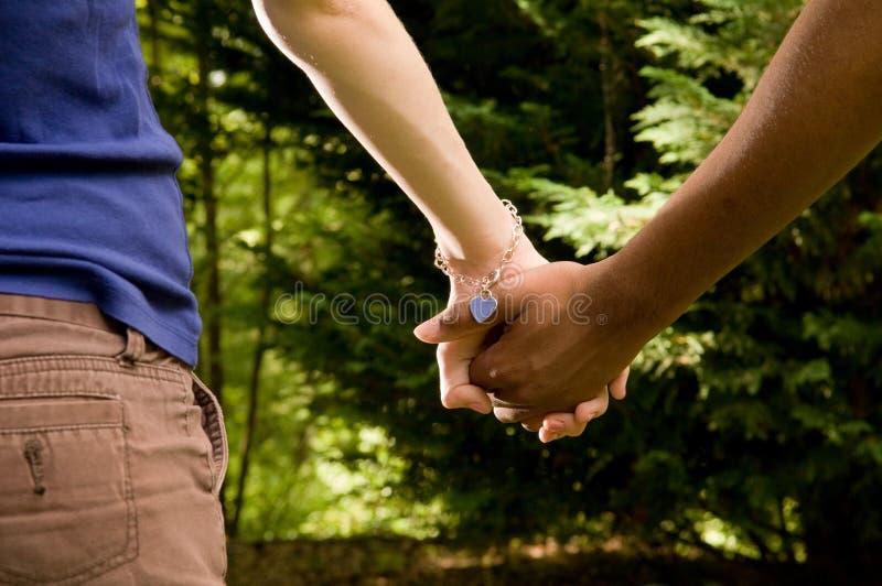 Romance de l'adolescence - couple interracial photo stock