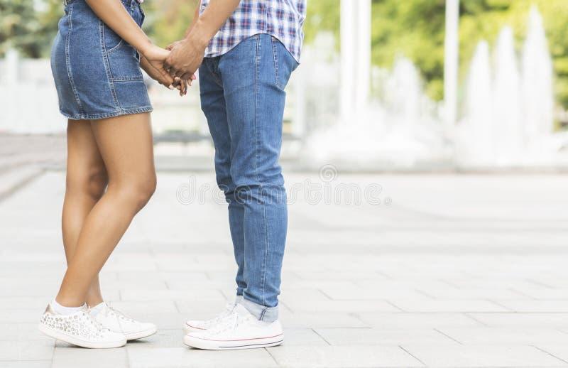 Romance de l'adolescence Couples tenant des mains appréciant la date dans la ville photo stock