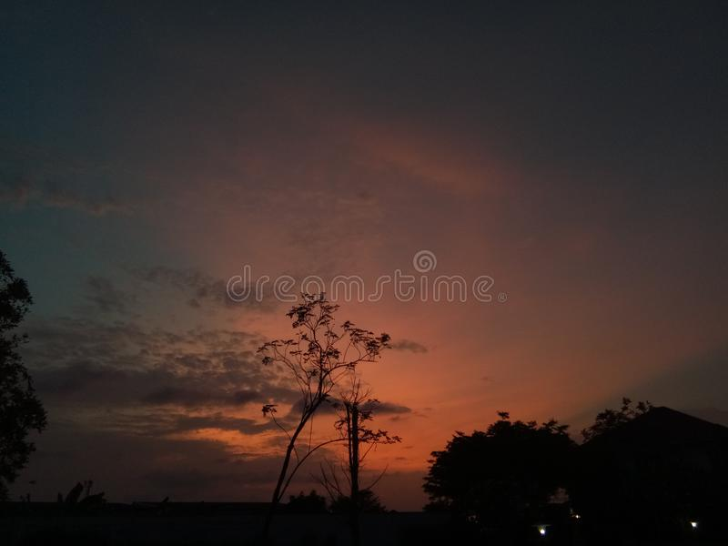 Romance do por do sol de Songkran fotografia de stock