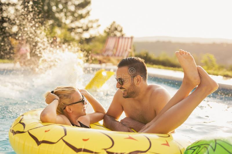 Romance durch das Pool stockfoto
