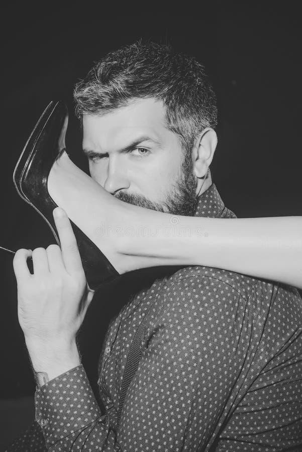 Romance e pares no amor Homem na camisa no fundo preto fotos de stock