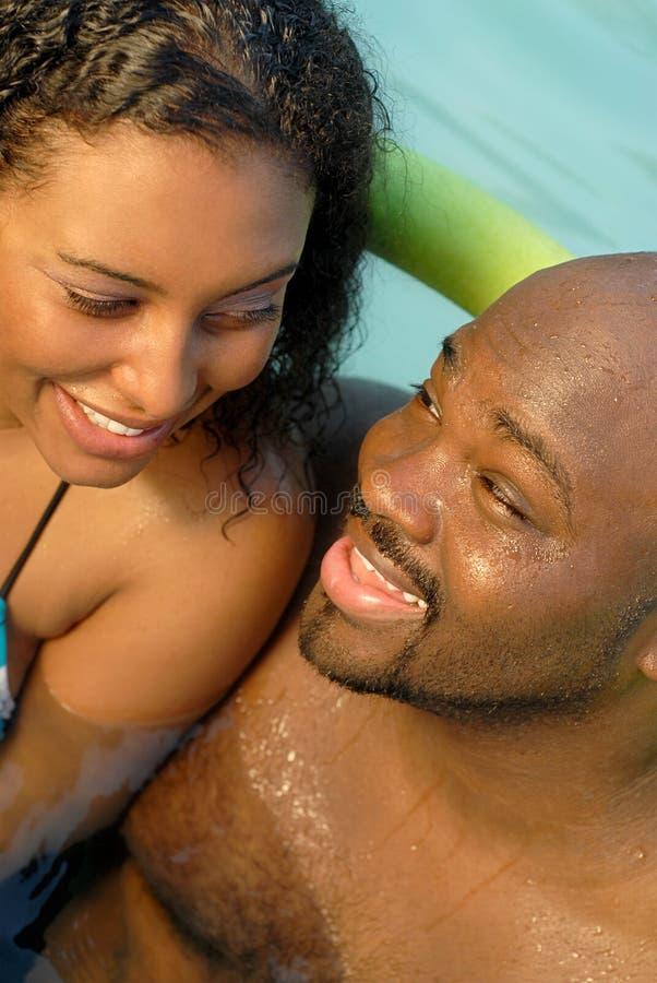 Romance en la piscina imágenes de archivo libres de regalías