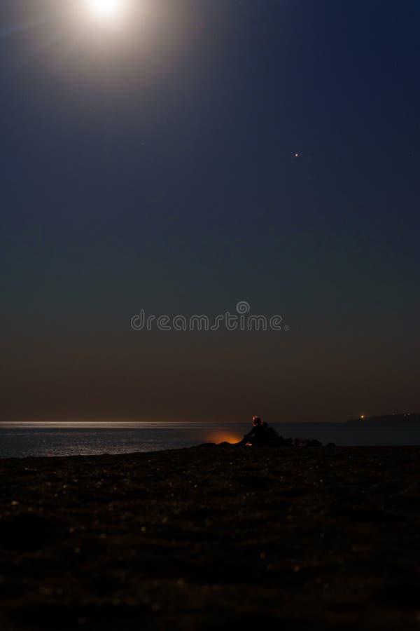 Romance por el fuego por el mar foto de archivo