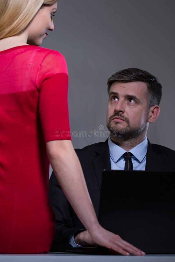 Romance sur le lieu de travail photo stock