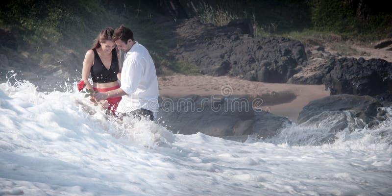 Romance Verpflichtungs-Paar-Liebes-Strand-Ozean-Liebhaber-Verhältnis stockbild