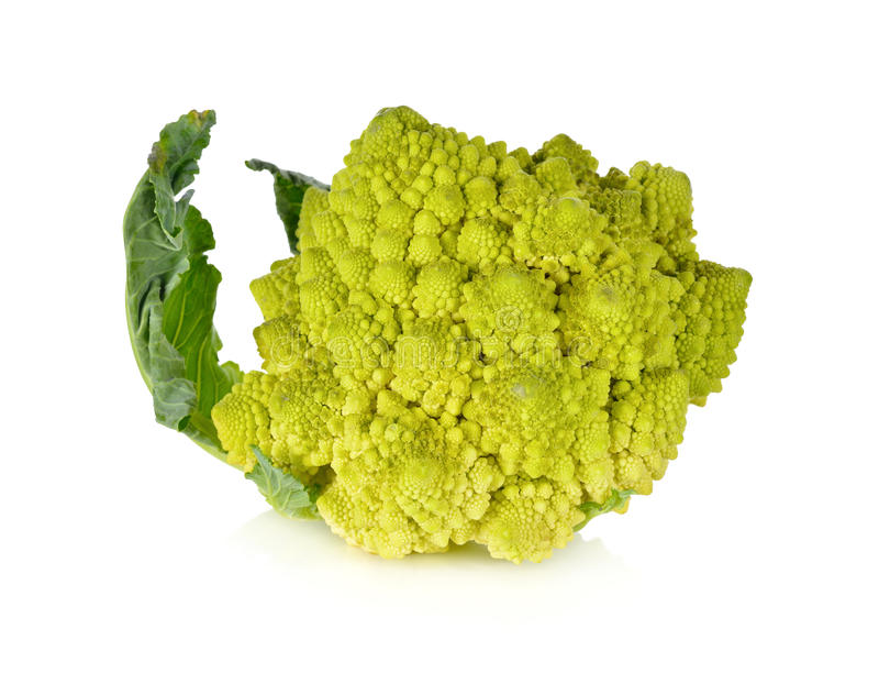 Romanesco硬花甘蓝或罗马花椰菜与叶子在白色 免版税库存图片