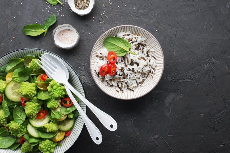 Romanesco-Brokkoli, Spinat, Kirschtomatengelb, heißer Pfeffersalat des roten Pfeffers mit Soße des wilden und Basmatireises E lizenzfreies stockfoto