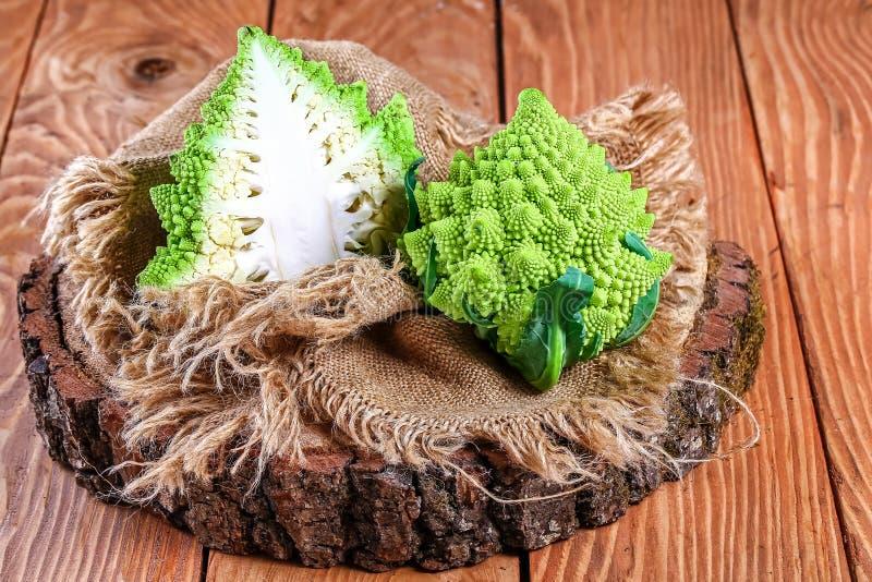 Romanesco kål på stubben, bästa sikt Låg-kalori näringsrika produkter arkivfoto