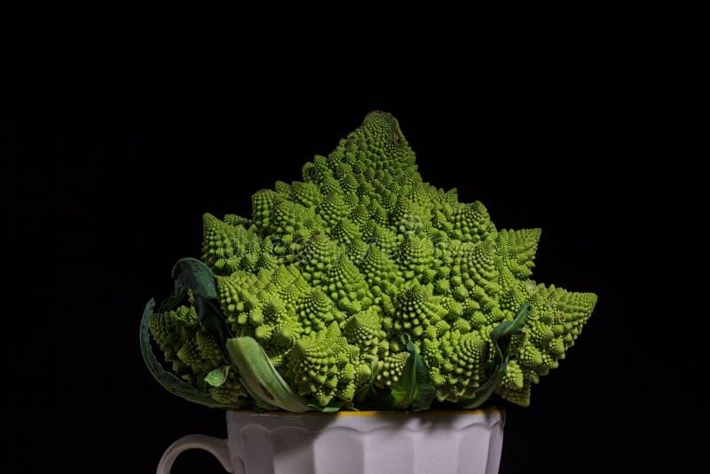 Romanescobroccoli op zwarte achtergrond stock fotografie
