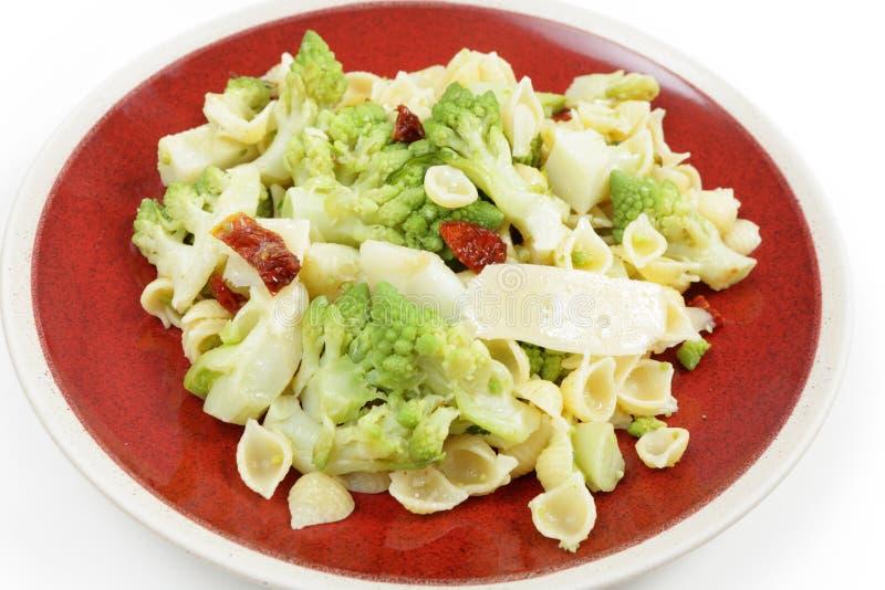 Romanescu和意大利面食膳食 库存照片
