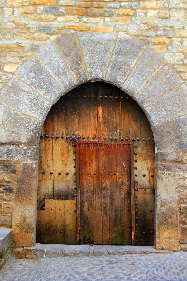 romanesque för ärke- dörr för ainsa trämedeltida arkivbild