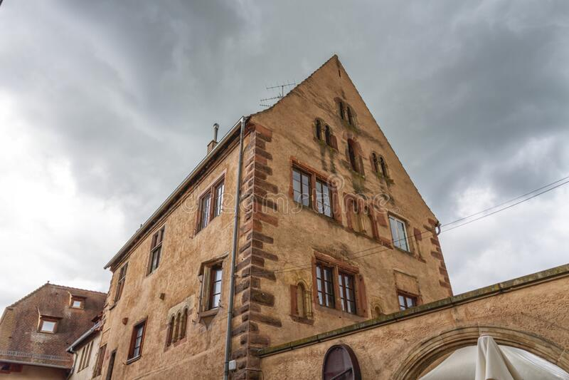 Romanesque house of the Rathsamhausens at street, Obernai, Alsace, Frankrijk royalty-vrije stock fotografie