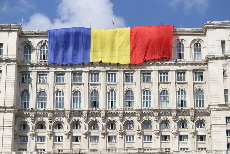 Romania's flaga na pałac parlament zdjęcia royalty free