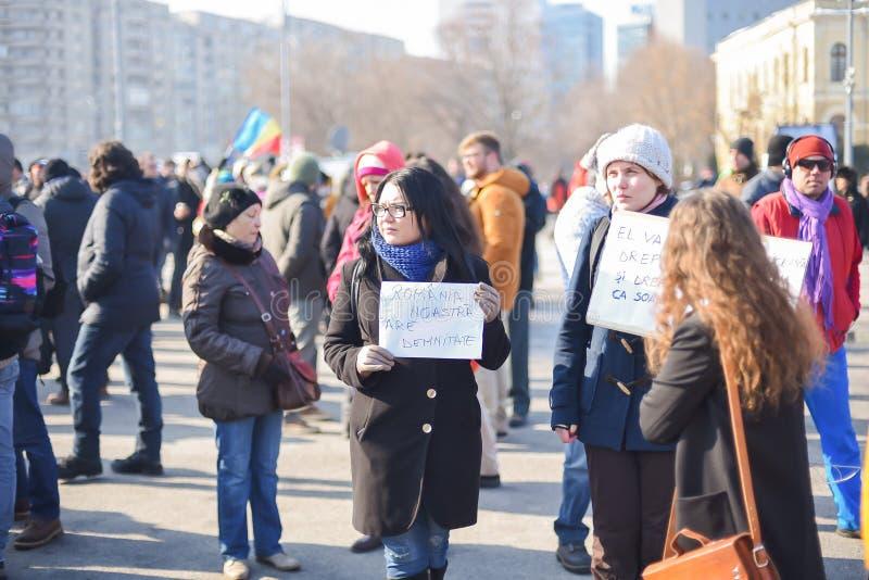 Romanians protesterar framme av regering royaltyfri bild