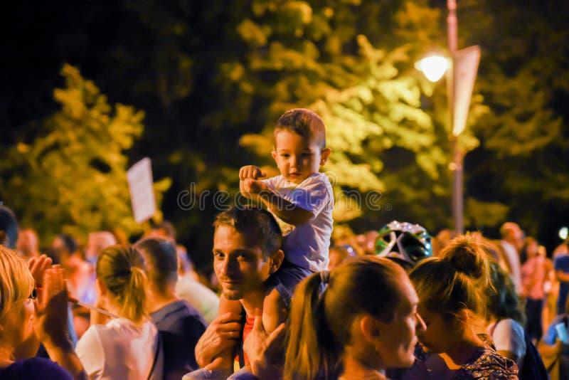Romanians protesterar mot regeringen royaltyfri fotografi