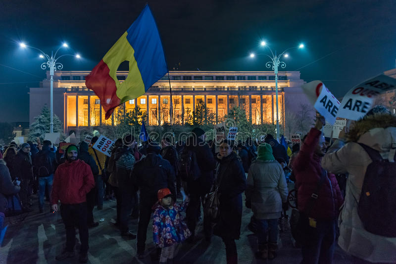Romanians que protestam no quadrado de Victoriei foto de stock