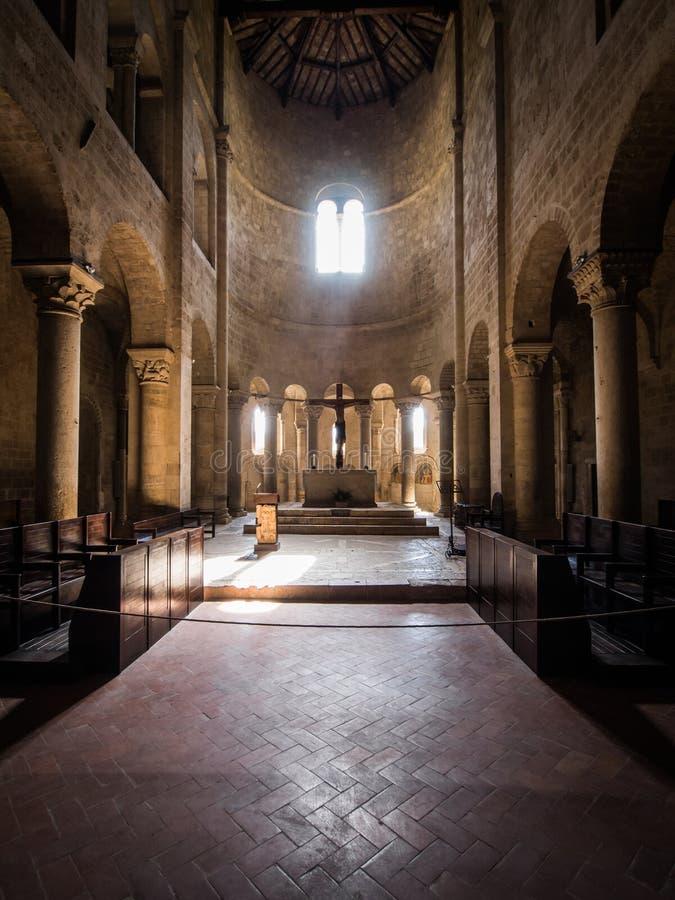 Romanic Basilikakircheninnenraum stockfotografie
