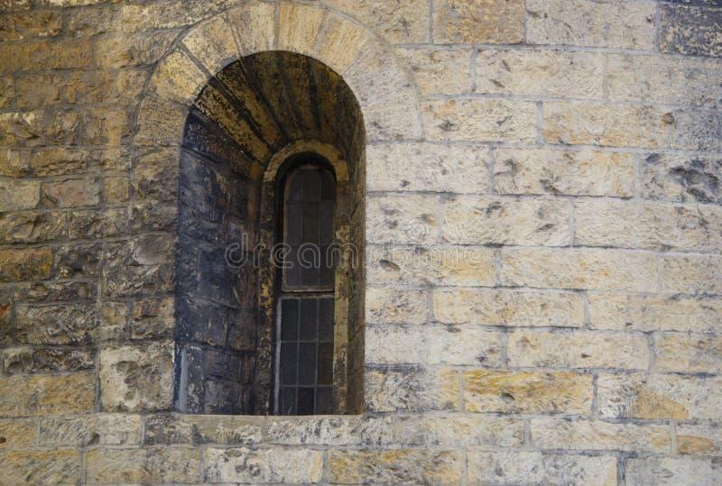 Romanisches historisches gewölbtes kleines Fenster lizenzfreies stockfoto