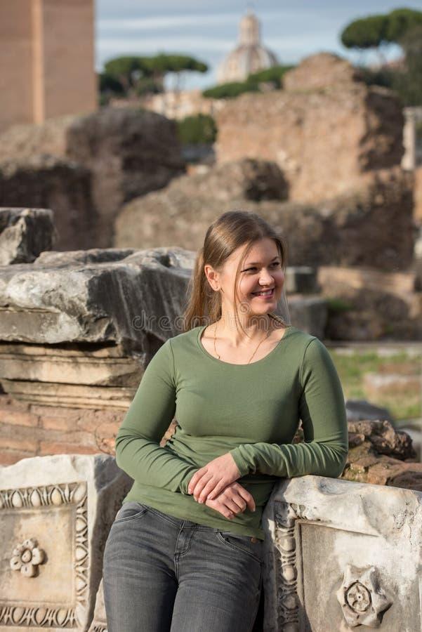Romano de la mujer in foro imagen de archivo