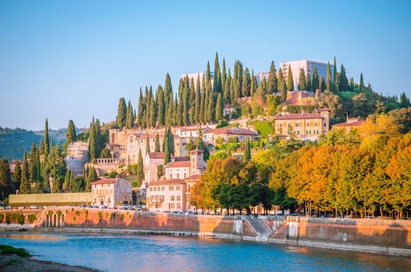 Romano de Teatro e castel San Pietro no rio de Adige em Verona, VE fotografia de stock royalty free