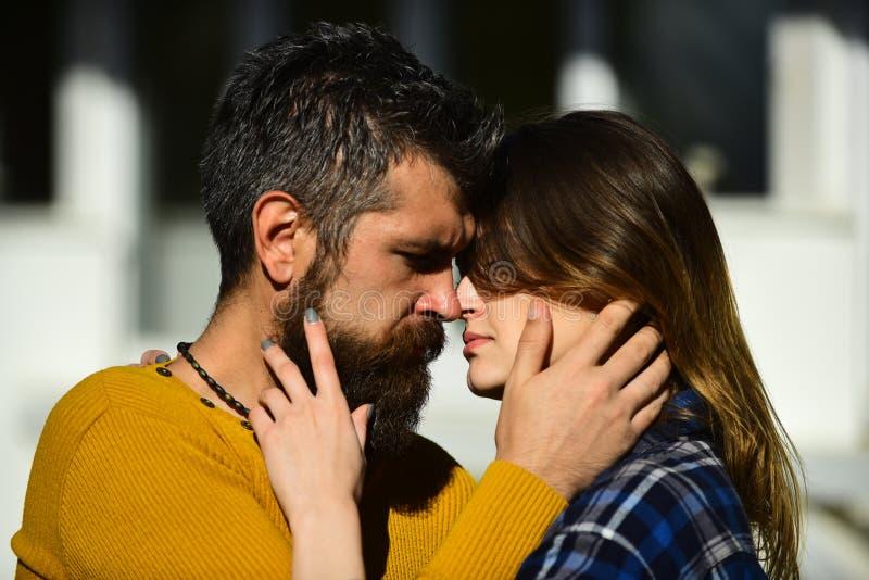 Romans- och datummärkningbegrepp Man och kvinna med passionerade framsidor fotografering för bildbyråer