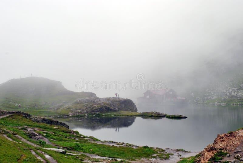romans på sjön i dimman arkivfoton