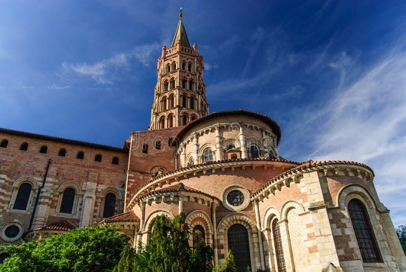 Romansk basilika av helgonet Sernin med klockatornet, Toulouse, Frankrike royaltyfri foto