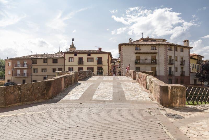Romansk bro av Molina de Aragà ³ n, tillträde till en av grannskaparna av staden, på annan royaltyfria bilder