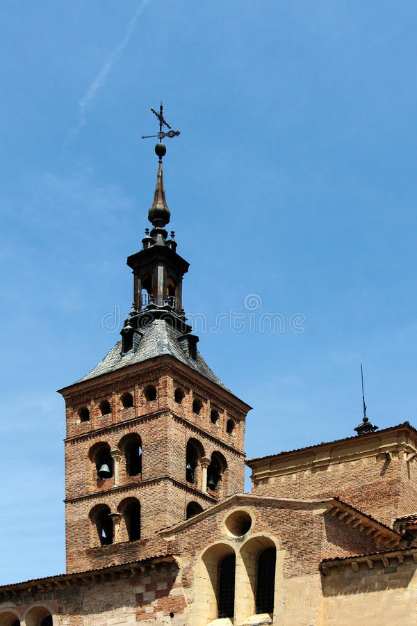 Romansk kyrka av den san svalan, segovia, kyrktorn arkivbilder