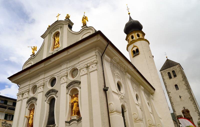 Romansk kyrka med änglar och ett kors i bladguld och en gre fotografering för bildbyråer