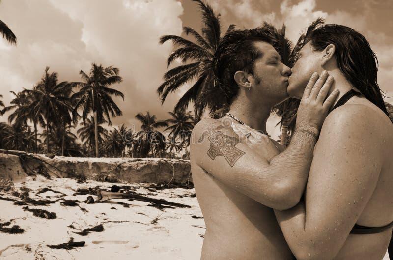 romanskt tropiskt för kyss arkivfoton