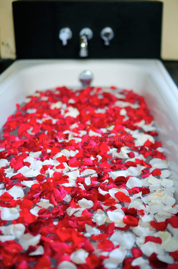 Download Romantic Bathtub With Flowers Stock Image