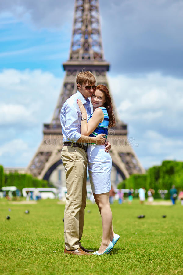 Romantic couple in Paris near the Eiffel tower stock photography
