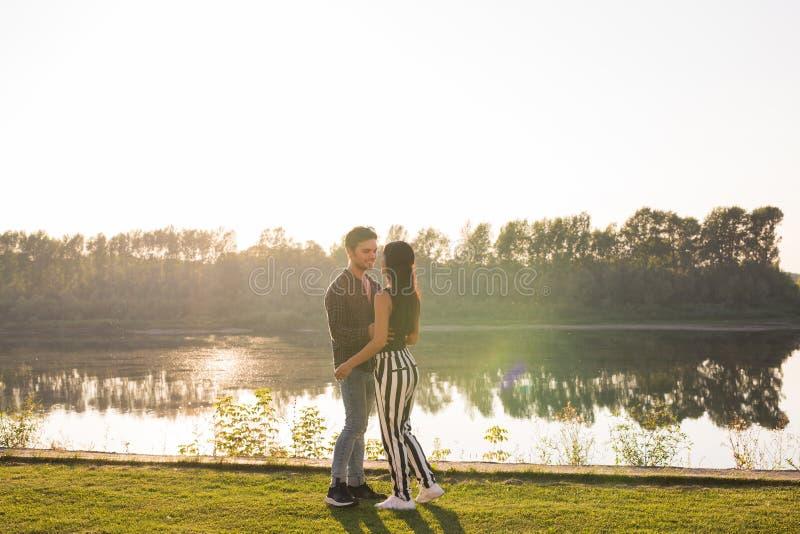 Romantica, natura i ludzie pojęć, - potomstwa dobierają się całowanie na plaży jezioro i przytulenie fotografia stock
